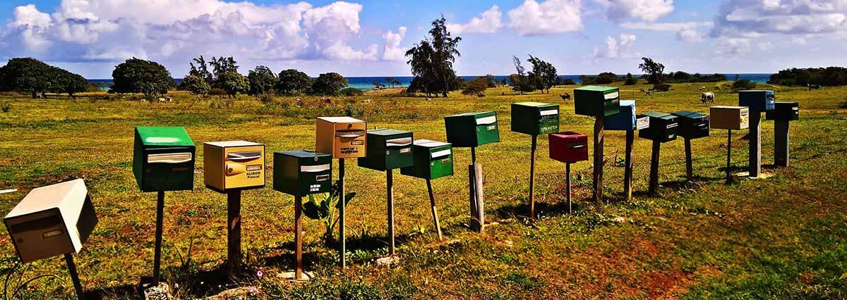 Briefkästen auf der Wiese