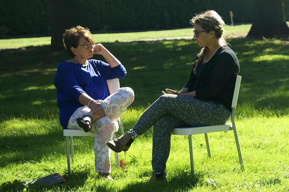 Christiane Arlitt im Coaching Gespräch auf einer Wiese